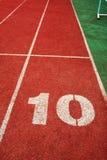 10 sur une ligne courante de piste Photographie stock libre de droits