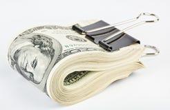 10 tausend US-Dollars befestigen sich mit Papierklammer Stockbilder