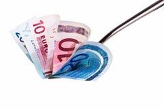 10 und Zwanzig Eurobanknoten auf Gabel. Stockbilder
