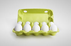 10 weiße Eier in einem Kartonkasten Stockfotografie