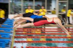 100个被弄脏的男孩自由式测量游泳 免版税库存照片