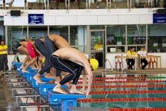 100个活动男孩自由式测量游泳 免版税库存照片