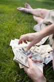 100 λογαριασμοί που μετρούν το δολάριο εμείς Στοκ Εικόνα