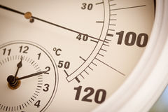 100 градусов над круглым показывая термометром Стоковые Изображения