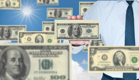 100 долларов бизнесмена держа стог Стоковые Фото