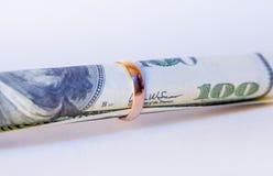100 долларов в золотистом обручальном кольце Стоковое Изображение RF