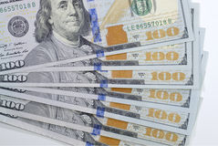 Σωρός του νέου σχεδίου 100 τραπεζογραμμάτια του Μπιλ ΗΠΑ εκατό δολαρίων Στοκ Φωτογραφία