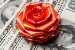 100 долларов США счетов с смычком праздников Стоковое Фото