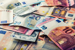 Нескольк 100 банкнот евро штабелированных значением Концепция денег евро евро замечает отражение накрените веревочка примечания д Стоковые Изображения