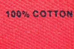 100% algodão - etiqueta do retrato na roupa. Close-up Fotografia de Stock Royalty Free