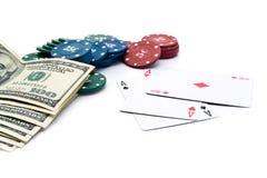 100$ banknoty, microplaquetas do póquer e cartões de jogo Foto de Stock