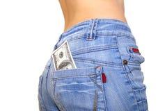 100 cuentas de dólar en bolsillo posterior de los pantalones vaqueros Foto de archivo
