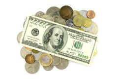 100 dólares y monedas Imagenes de archivo