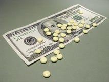 100 dólares y píldoras Imagen de archivo