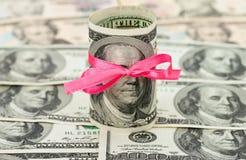 100 de dollar van de V.S. die door lint wordt verpakt Royalty-vrije Stock Afbeeldingen