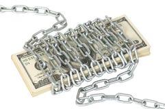 100 dolarowych rachunków zawijający metalu łańcuch Obraz Royalty Free
