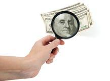 100 dollarbankbiljet door meer magnifier Royalty-vrije Stock Afbeeldingen