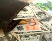 100 dollarrekening in leer bruine beurs Stock Afbeeldingen
