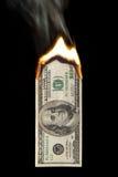 100 Dollarschein auf Feuer Lizenzfreie Stockfotografie