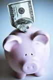 100 Dollarschein und piggy Querneigung Stockfoto