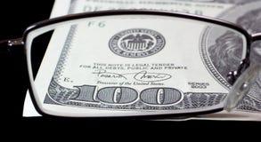 100 dollarsmening door glazen 1 Stock Foto's