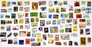 100 estampilles différentes de partout dans le monde Photos libres de droits