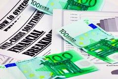 100 euro- notas de banco em cima do artigo sobre a crise Fotografia de Stock Royalty Free