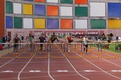 100 hommes d'obstacles de mètres Images stock