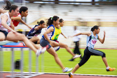 100 mètres d'action des obstacles des femmes (brouillée) Photographie stock libre de droits