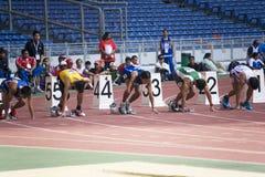 100 mètres des hommes pour les personnes handicapées Images stock