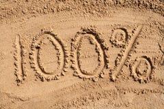 100% op een zandig strand. vector illustratie