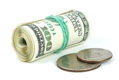 100 pièces de monnaie de factures ont roulé Photographie stock libre de droits