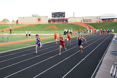 100 ragazze misurano la corsa con un contatore Fotografia Stock Libera da Diritti