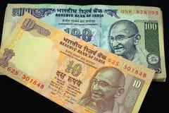 100 rupias de nota y 10 rupias de nota Imágenes de archivo libres de regalías