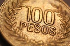 100 utländska pengarpesos för mynt Arkivbilder