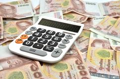 1000 billetes de banco y calculadora del baht Foto de archivo
