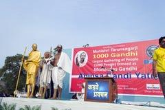 1000 Gandhi die zich voor wereldverslag verzamelen Royalty-vrije Stock Foto's