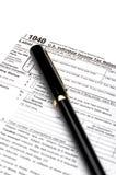 1040 inkomstenbelastingsvorm en een pen Royalty-vrije Stock Foto's