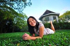 11个女孩愉快的公园 免版税库存图片