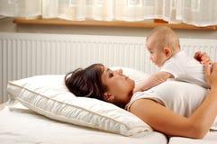 11个婴孩藏品母亲 免版税库存照片