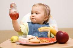 11吃女孩的婴孩 库存图片