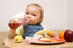 11吃女孩的婴孩 免版税库存照片