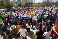 11.000 manifestantes convocan en el capitolio de Tejas Imagen de archivo