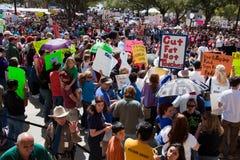 11.000 protestors convocan en el capitolio de Tejas Imagen de archivo