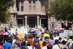 11.000 protestors roepen bij het Capitool van Texas bijeen Stock Afbeeldingen