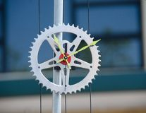 11:10 AM sur une horloge de roue de trains Photo stock