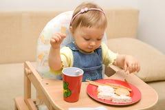 11 behandla som ett barn äta flickan Royaltyfri Foto