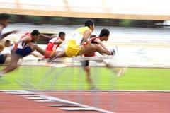 110 mètres d'action des obstacles des hommes (brouillée) Photo libre de droits