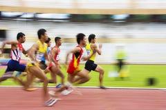 110 mètres d'action des obstacles des hommes (brouillée) Photographie stock