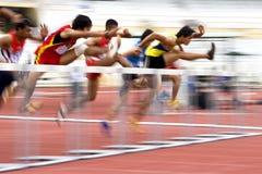 110 mètres d'action des obstacles des hommes (brouillée) Photos stock